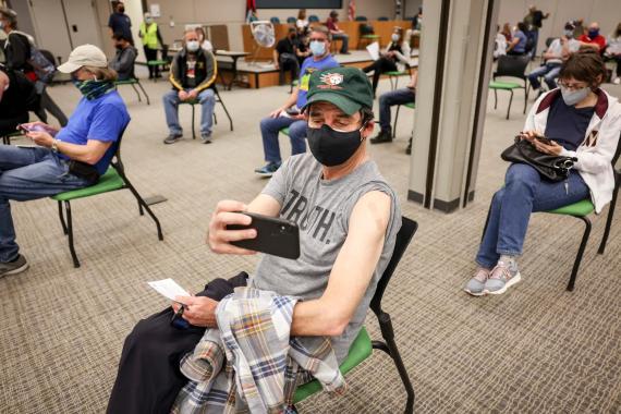 Personas esperando para recibir la vacuna contra el nuevo coronavirus en Colorado, Estados Unidos.