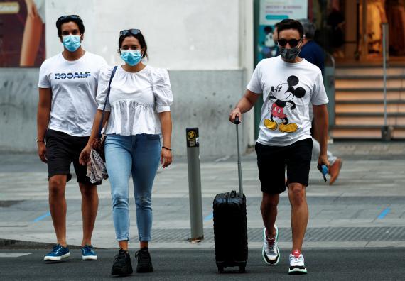 Varias personas andando por Madrid el pasado mes de julio de 2020 (Reuters)