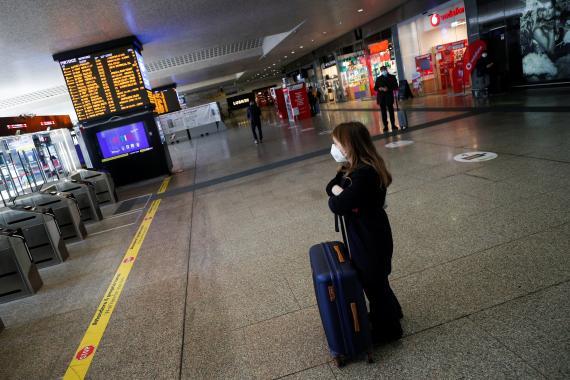 viaje turista espera estación