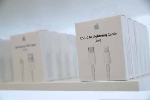 Adaptadores USB-C a Lightning reales en una tienda de Apple.