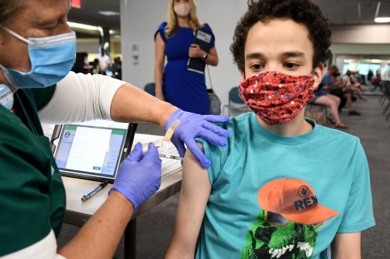 Adolescente recibe la vacuna de Pfizer