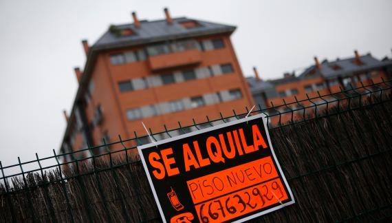 Cartel de alquiler de un piso en Madrid.