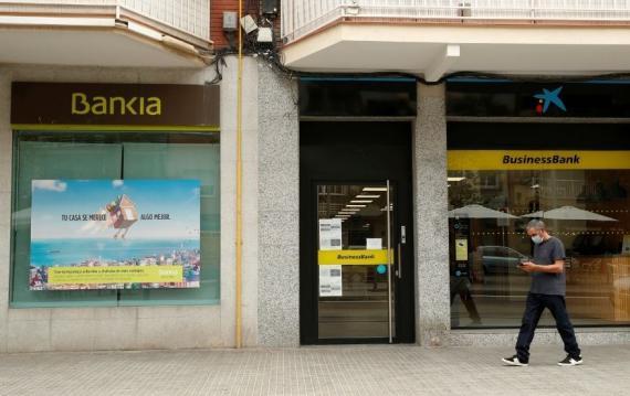 CaixaBank, que acaba de absorber a Bankia, es uno de los bancos que más comisiones cobra.