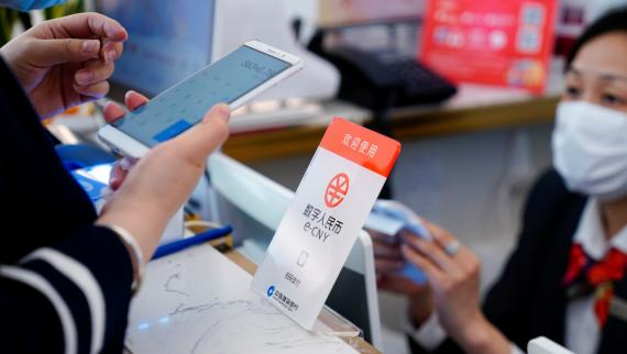 Una clienta utiliza el yuan digital o e-CNY para pagar en un centro comercial en Shanghai (China)
