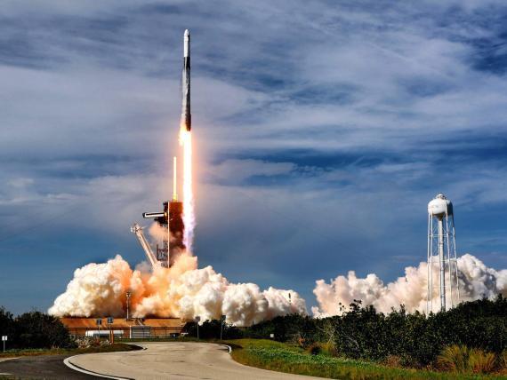 El cohete SpaceX Falcon 9 despega del Complejo de Lanzamiento 39-A en el Centro Espacial Kennedy.