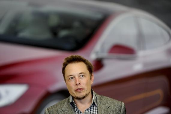 Elon Musk, CEO de Tesla, en una fábrica de su empresa.