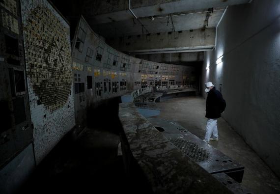 Un empleado camina por el reactor dañado de Chernobyl, el 25 de marzo de 2021.