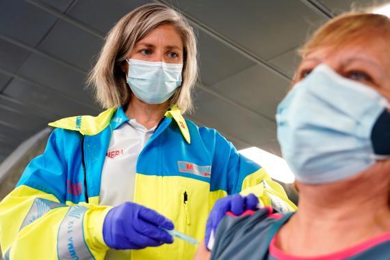 Una enfermera vacuna contra el COVID-19 con la candidata de AstraZeneca.