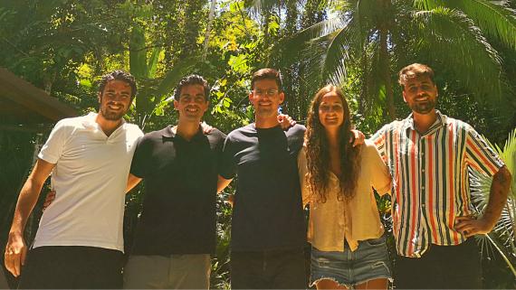 Carlos Lagares, CEO de CheKin (segundo por la izquierda), junto al resto del equipo en Costa Rica, donde coincidieron los responsables de cada departamento durante un mes.