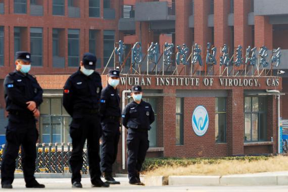 Personal de seguridad vigila a las afueras del Instituto de Virología de Wuhan, en China.