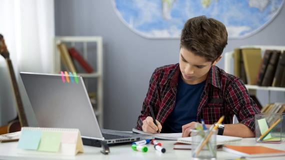 Estudiante repasando en su habitación
