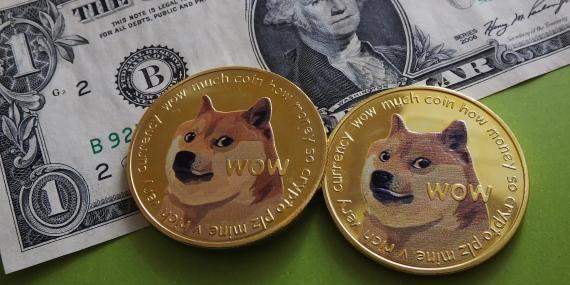 La imagen de Dogecoin se centra en un Shiba Inu parlante llamado Doge.