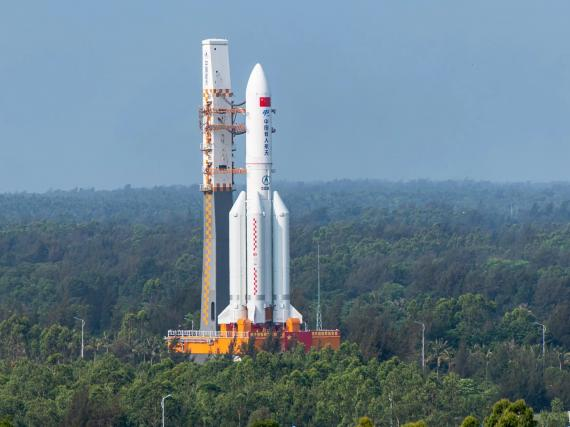Un cohete Long March-5B Y2 que transporta el módulo central de la estación espacial china.