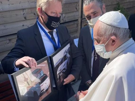Henrik Fisker presenta el nuevo papamóvil al Papa Francisco