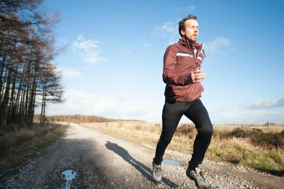 hombre corriendo campo