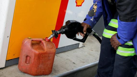 Un hombre llena una garrafa de gasolina después de que un ciberataque paralizase un oleoducto en EEUU.