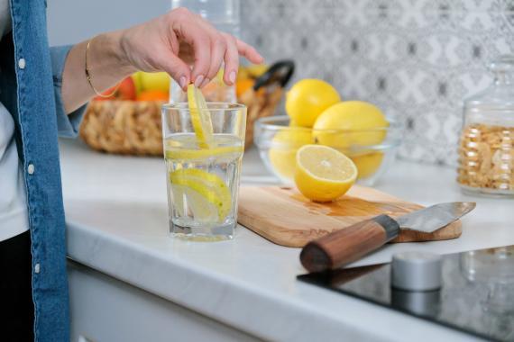 Hombre preparando un agua con limón