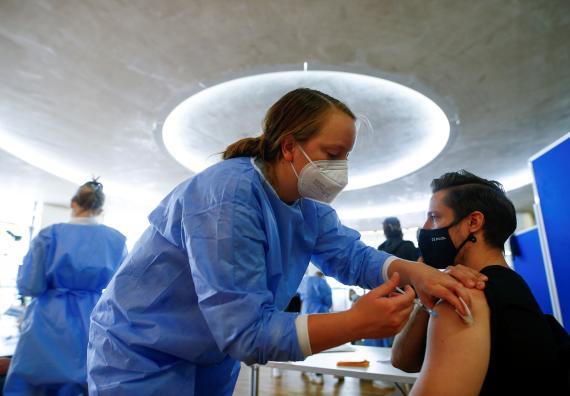 Hombre recibiendo la vacuna contra el coronavirus