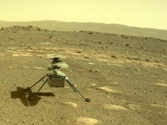 Helicóptero Ingenuity de la NASA, fotografiado en Marte por el rover Perseverance, el 4 de abril de 2021.
