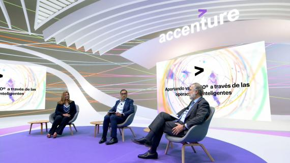 De izquierda a derecha, Inés Guzmán, responsable de Operaciones de Accenture; Jesús Pascual, CEO del Grupo Antolín, y Javier Uriarte, director general de Comercialización de Endesa.