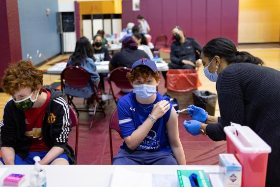 Un adolescente recibe la vacuna contra el coronavirus en una clínica estadounidense.