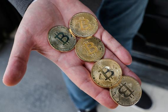 Monedas que representan al bitcoin creadas en una tienda de Estambul (Turquía)