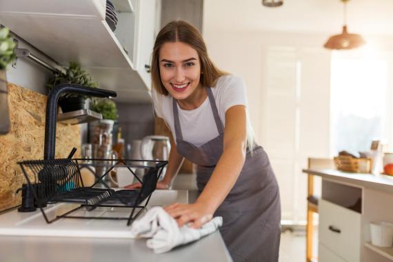 Mujer limpiando la casa