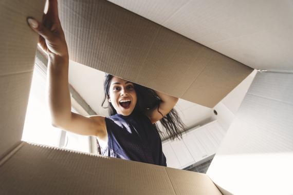 Una mujer mirando una caja