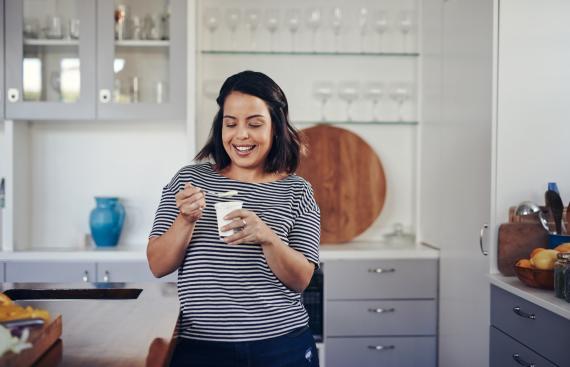 mujer tomando un yogur