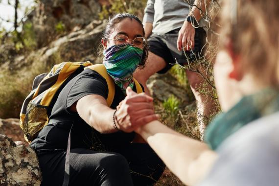 Mujeres haciendo escalada.