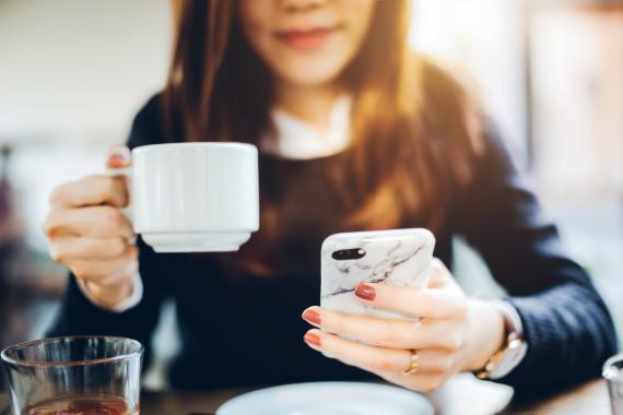 """La """"pausa para el café"""" en la oficina era un momento para que los empleados se relacionaran entre sí y tuvieran un momento de descanso."""