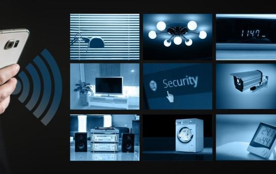 Una persona maneja a distancia algunos de los electrodomésticos de una casa inteligente.