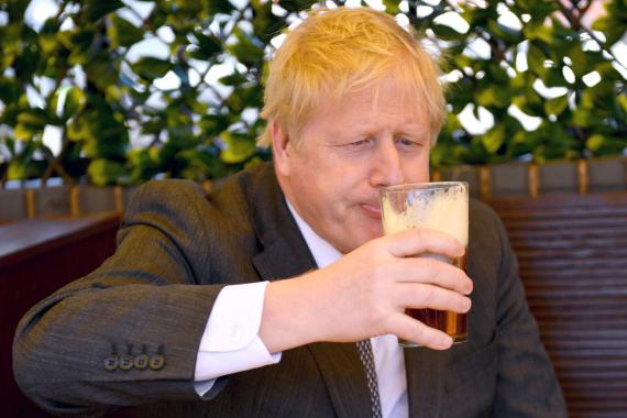El primer ministro del Reino Unido, Boris Johnson, bebe una cerveza (Reuters)