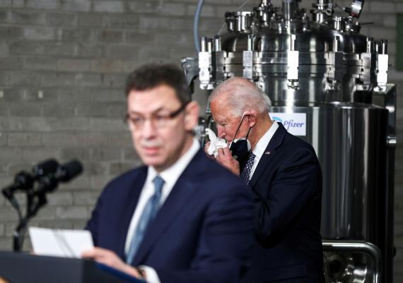 En primer plano, el CEO de Pfizer, Albert Boula. Por detrás, el presidente de Estados Unidos, Joe Biden (Reuters)