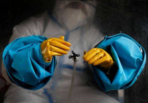 Sanitario protegido contra el coronavirus