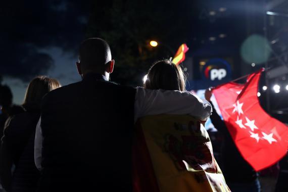 Simpatizantes del PP festejan la victoria de Ayuso el 4M.