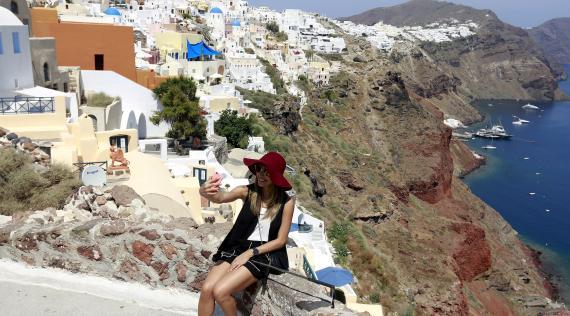 Una turista se saca una foto en la isla de Santorini