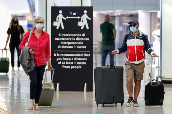 Turistas en el aeropuerto de Fiumicino, Roma.
