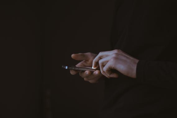 Unas manos con un iPhone
