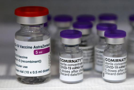 Viales de las vacunas de AstraZeneca y Pfizer.