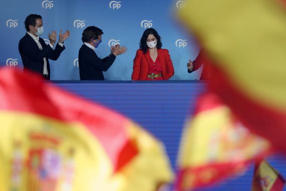 Isabel Díaz Ayuso en el balcón de la sede del PP celebrando su victoria electoral el 4M.