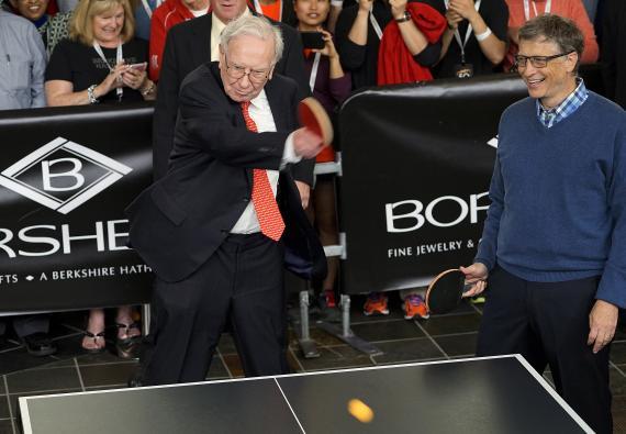 Warren Buffett y Bill Gates jugando al tenis de mesa