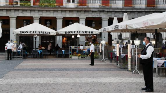 3 camareros esperan clientes en terrazas de la Plaza Mayor de Madrid