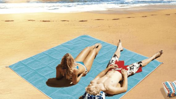 Aldi vende una esterilla que repele la arena de la playa.