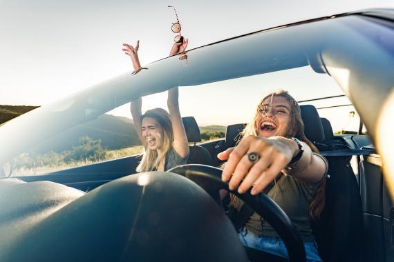 Amigas conduciendo de viaje