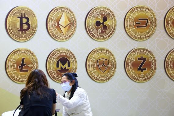 Representación física de varias criptomonedas. Reuters