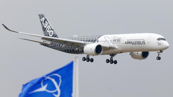 Un avión de Airbus A350 durante un aterrizaje de prueba en el aeropuerto parisino de Le Bourguet