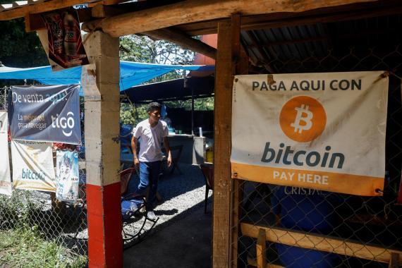 Un negocio en El Salvador ofrece pagar con bitcoin. José Cabezas/Reuters