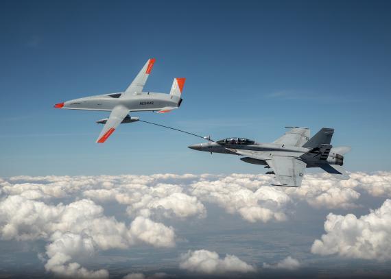 El MQ-25 asumirá el papel de tanque basado en portaaviones que actualmente desempeñan los F/A-18, lo que permitirá un mejor uso de los cazas de combate y ayudará a extender el alcance del ala aérea del portaaviones.