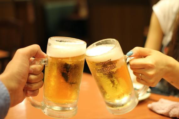 Un brindis con dos cervezas